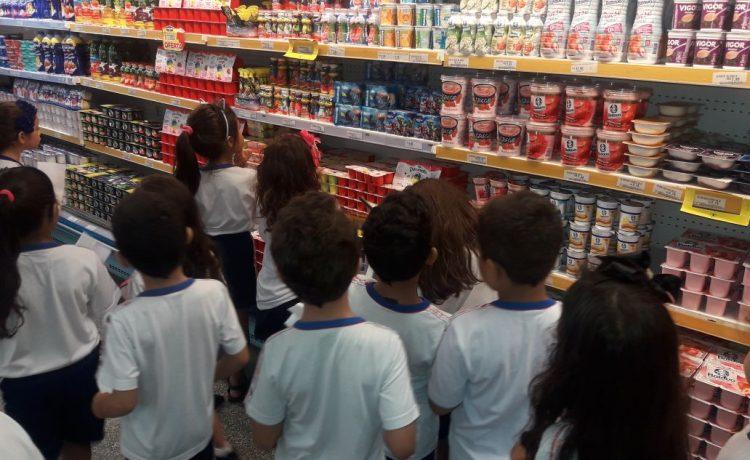 Alunos do ensino fundamental 1 vão ao supermercado estudar o sistema monetário brasileiro