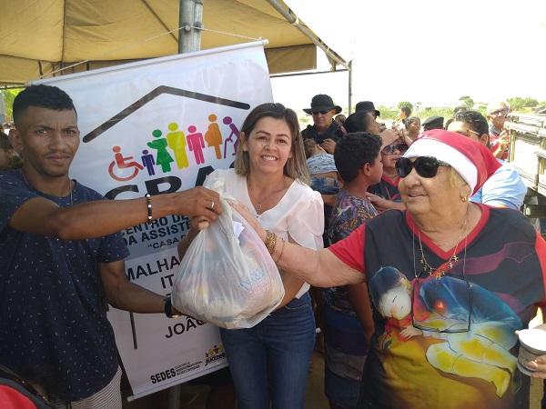 """""""Chegou na hora certa. Graças a Deus a gente vai alimentar as crianças e o Natal vai ser bem melhor, em nome de Jesus. Só temos que agradecer a essas pessoas que trouxeram esses alimentos"""", as palavras de gratidão são de Edileusa Santos da Silva, desempregada e com cinco pessoas em casa para alimentar. A […]"""